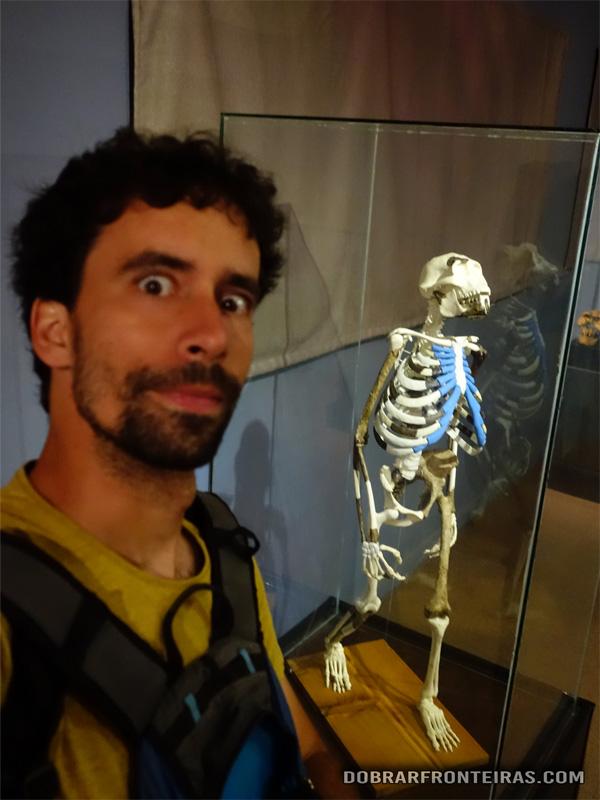 Eu com a Lucy no museu de Addis Abeba
