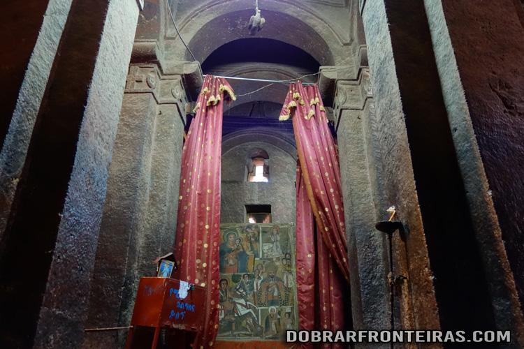 Interior da igreja de Bet Mikael, com os seus pilares cruciformes