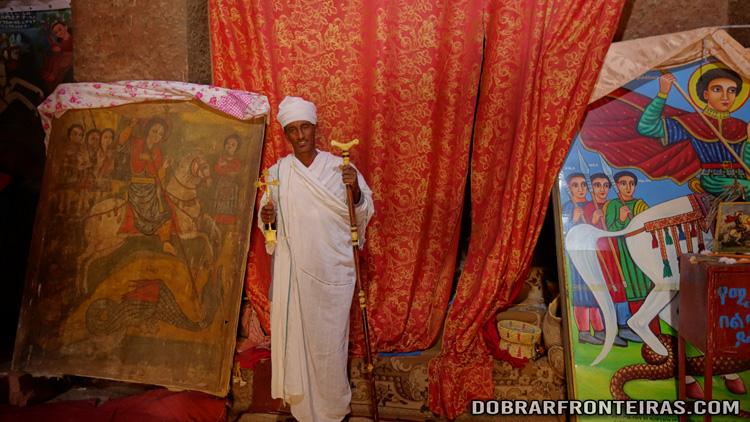 Padre etíope no interior da igreja de São Jorge, Lalibela