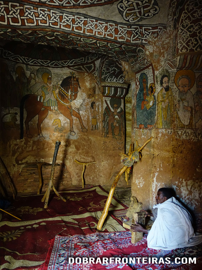 Interior da igreja de Abuna Yemata Guh, Tigray, Etiópia