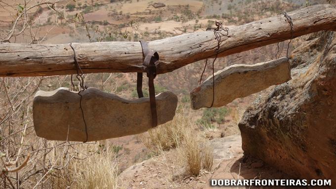 Sinos de pedra junto à igreja de Abuna Yemata Guh, Etiópia