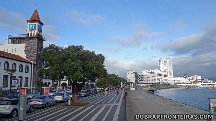 Marginal de Ponta Delgada num dia soalheiro de Dezembro