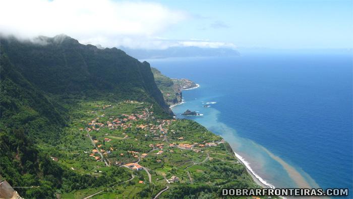 Vista da costa norte da Ilha da Madeira, do miradouro de Cabanas
