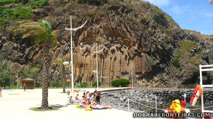 Formações rochosas na praia do Faial, Madeira