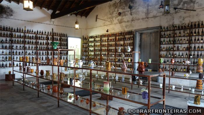Garrafas e jarros para vinho no Museu do Vinho em Alcobaça