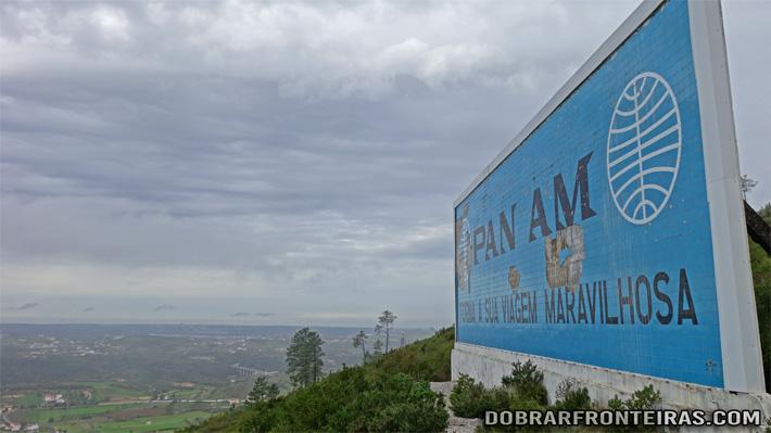 Painel publicitário em azulejo da PAN AM