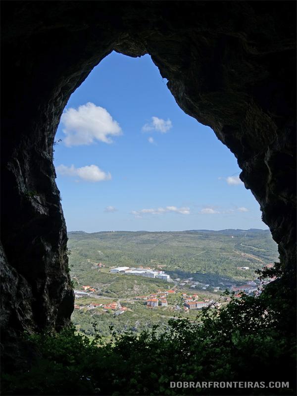 """Vista do interior de uma das """"Ventas do Diabo"""" na Mira de Aire"""