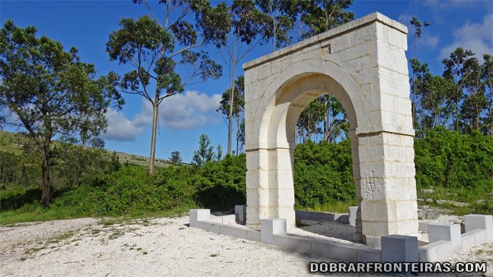 O Arco da Memória, na serra próximo do Arrimal