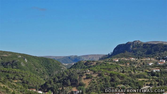 O rochoso Castelejo (à direita) visto de Porto de Mós