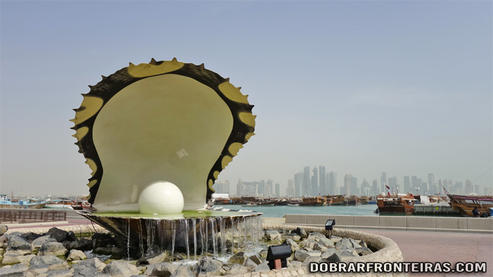 Pérola gigante na marginal de Doha, Qatar