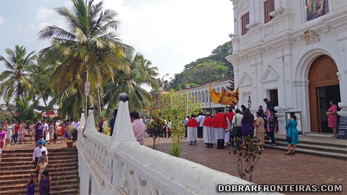 Procissão de domingo na igreja de Pangim, Goa