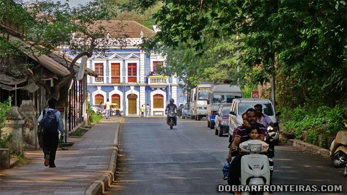 A calma de uma rua de Pangim em Goa