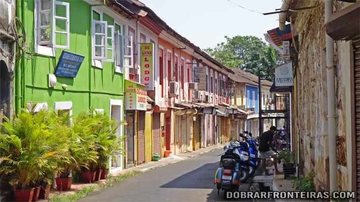Rua colorida no bairro das Fontainhas em Pangim