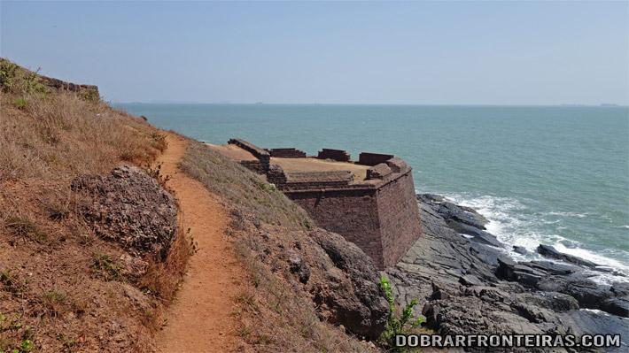 Baluarte no trilho entre Sinquerim e o forte da Aguada e Goa
