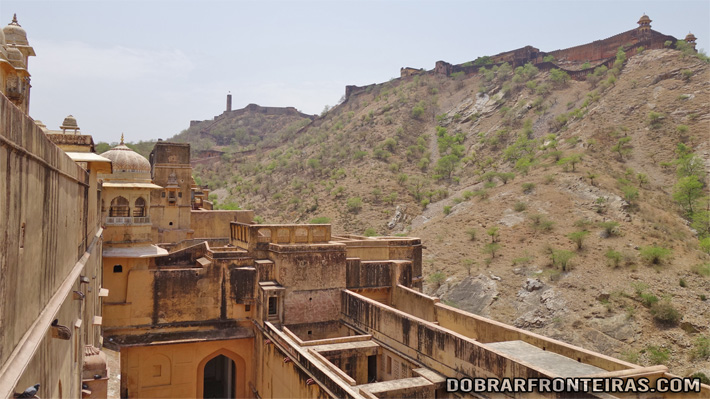 Forte de Jaigarh nas montanhas acima do Palácio Amber