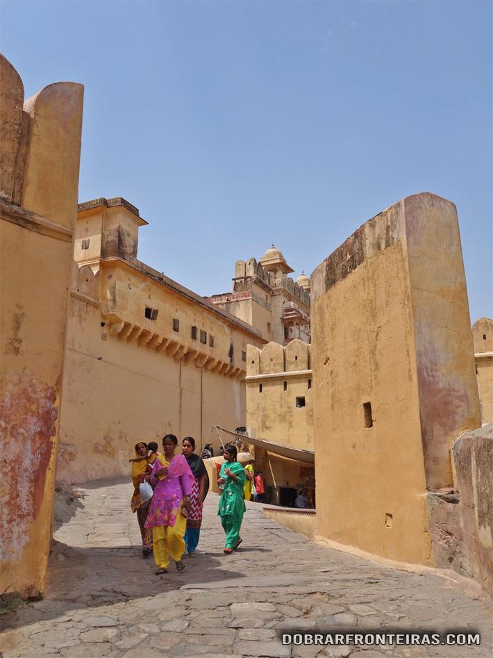 Mulheres a descerem do Palácio Amber no Rajastão