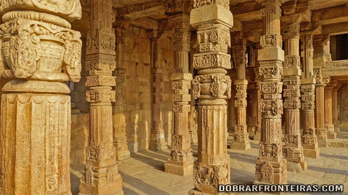 Pilares das ruínas das mesquitas do complexo de Qutub