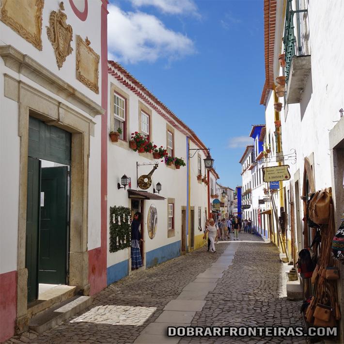 Pitoresca rua da vila de Óbidos, Portugal
