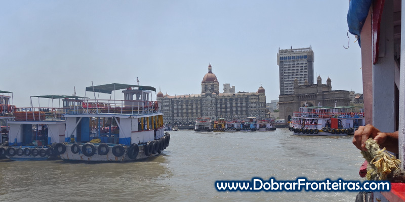 Taj Mahal Palace e o Portal da Índia à direita, vistos do barco para a ilha Elefanta