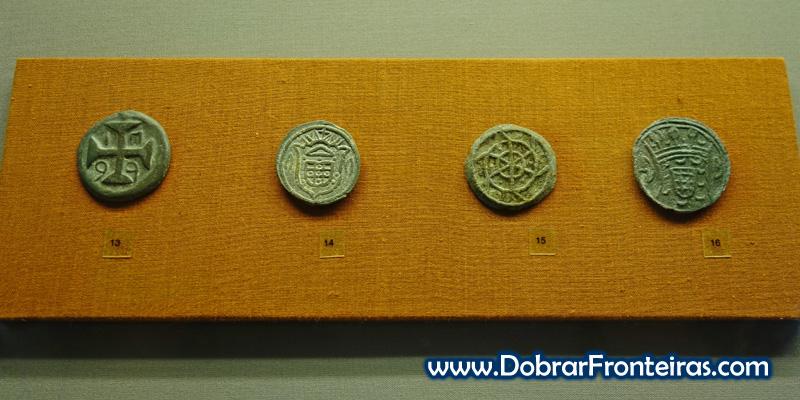 Moedas portuguesas no museu CSMVS em Bombaim