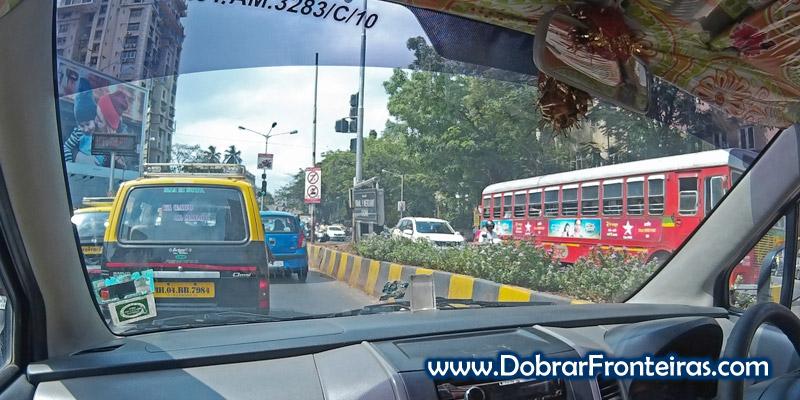 De táxi pelo trânsito caótico de Bombaim