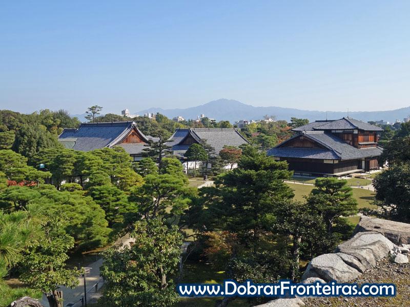 Vista do castelo Nijo-jo do topo da muralha