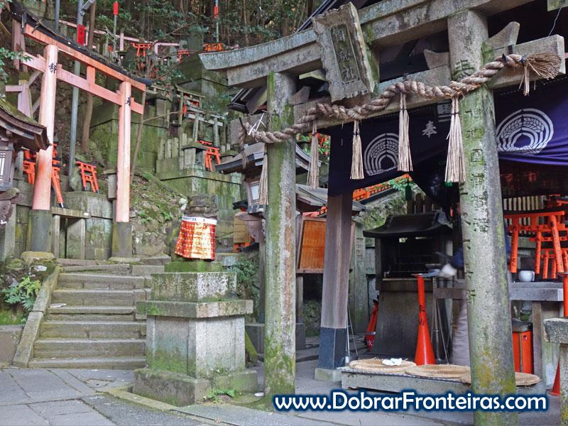 Um dos vários altares na colina de Inari, Quioto