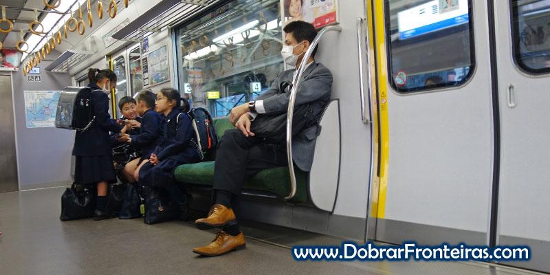 Crianças no comboio de regresso a casa em Osaka