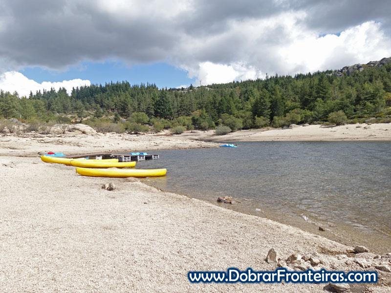 Caiaques na praia fluvial do Vale do Rossim, Serra da Estrela