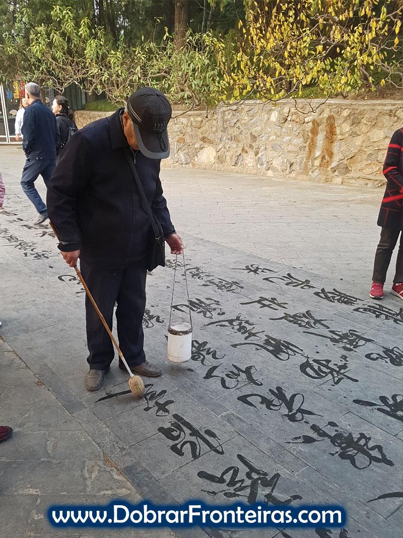 Caracteres chineses escritos com água no chão