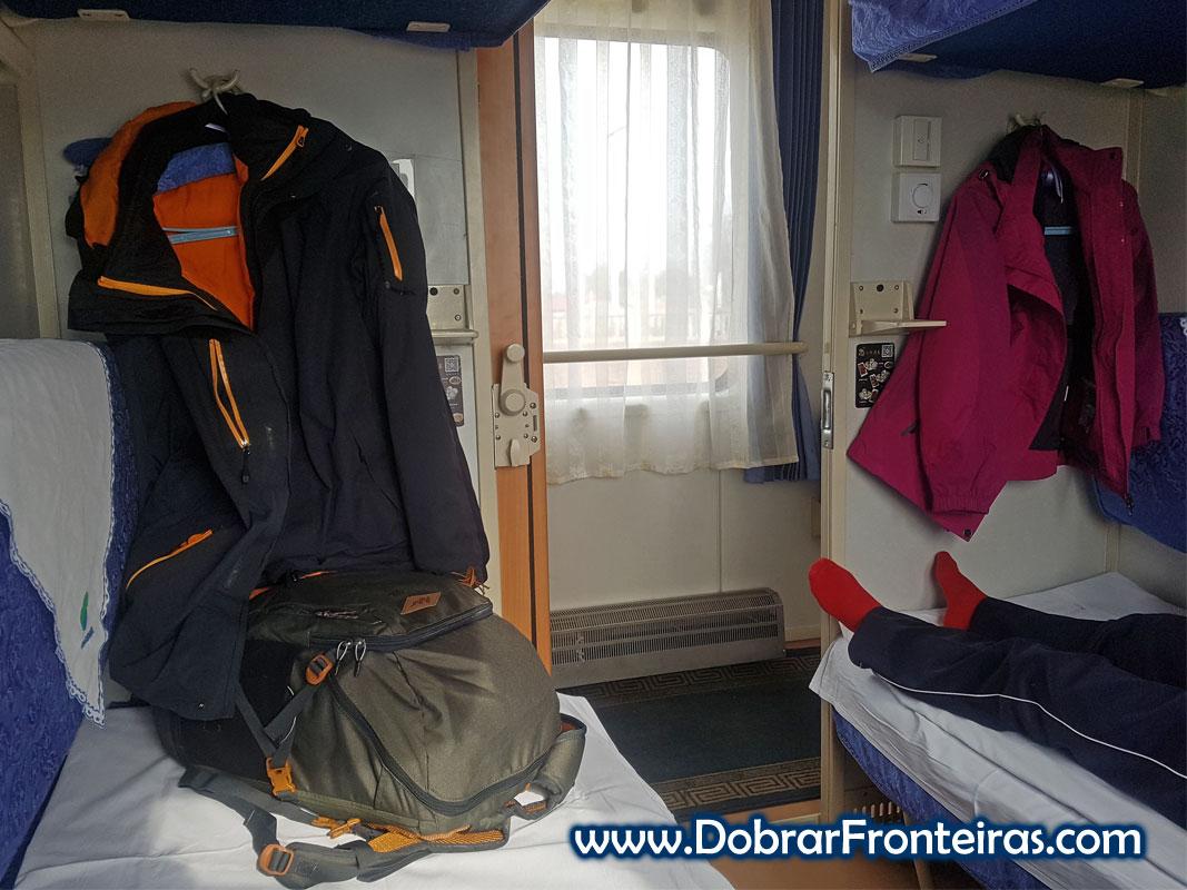 Interior de um compartimento com 4 beliches num comboio na China
