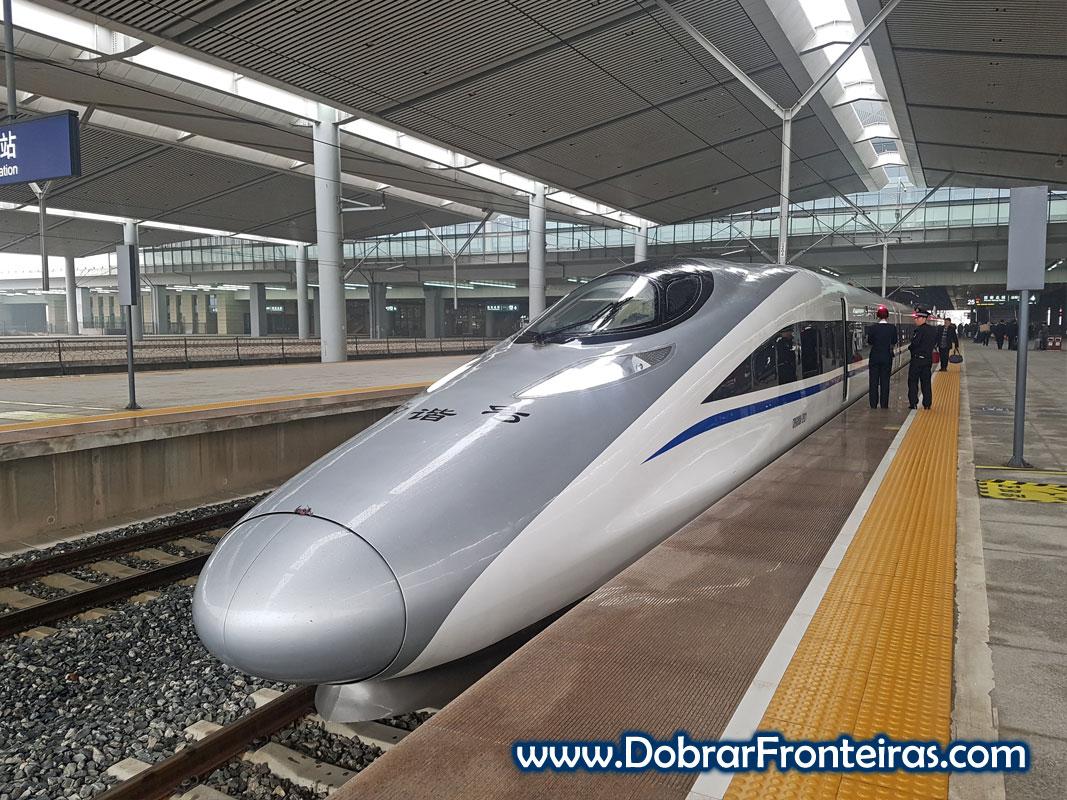 Comboio de alta velocidade parado em estação na China