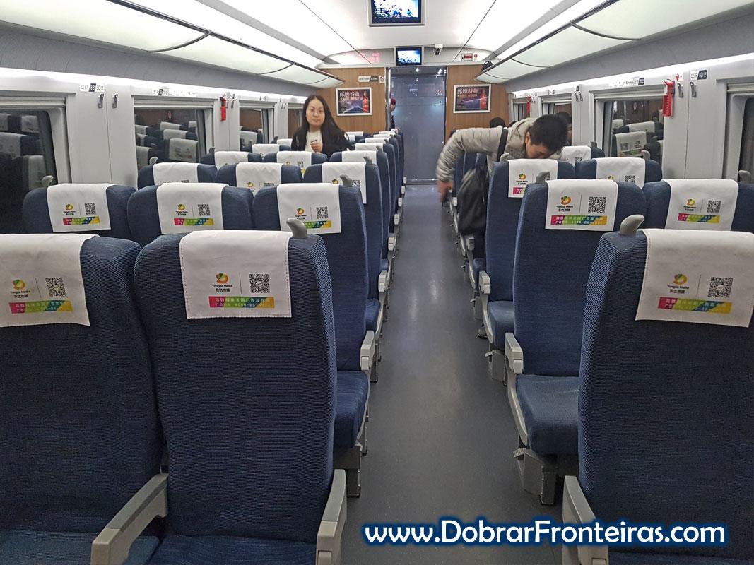 Interior de uma carruagem de segunda classe de comboio de alta velocidade chinês