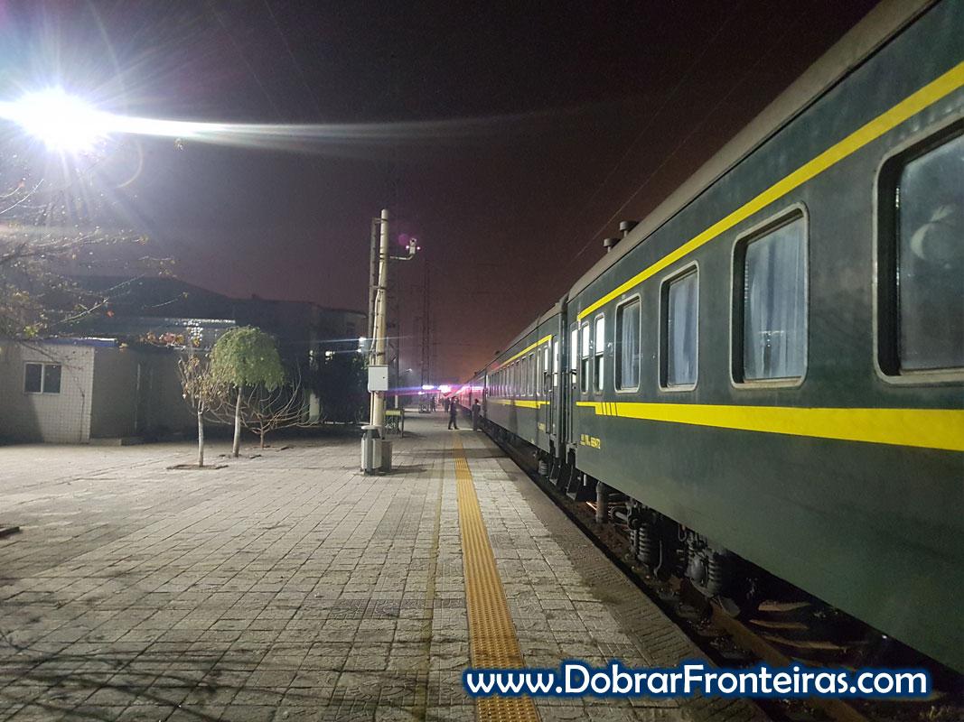 Comboio nocturno à chegada a Pingyao na estação