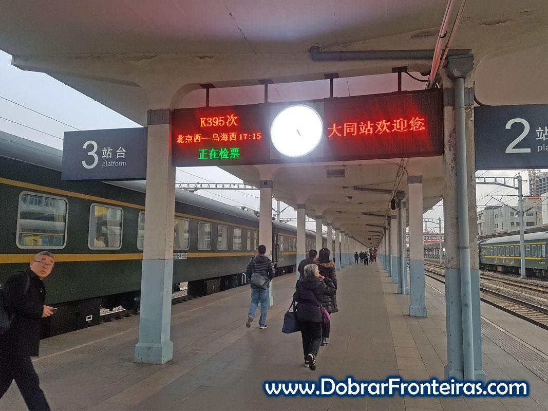 Plataforma de embarque em estação de comboio na China