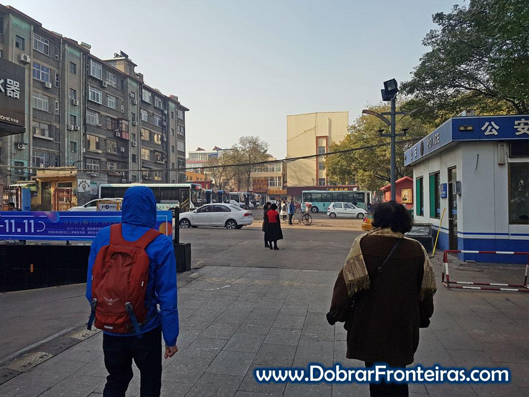 Pessoas a caminho da paragem de autocarros de Jiexiu China