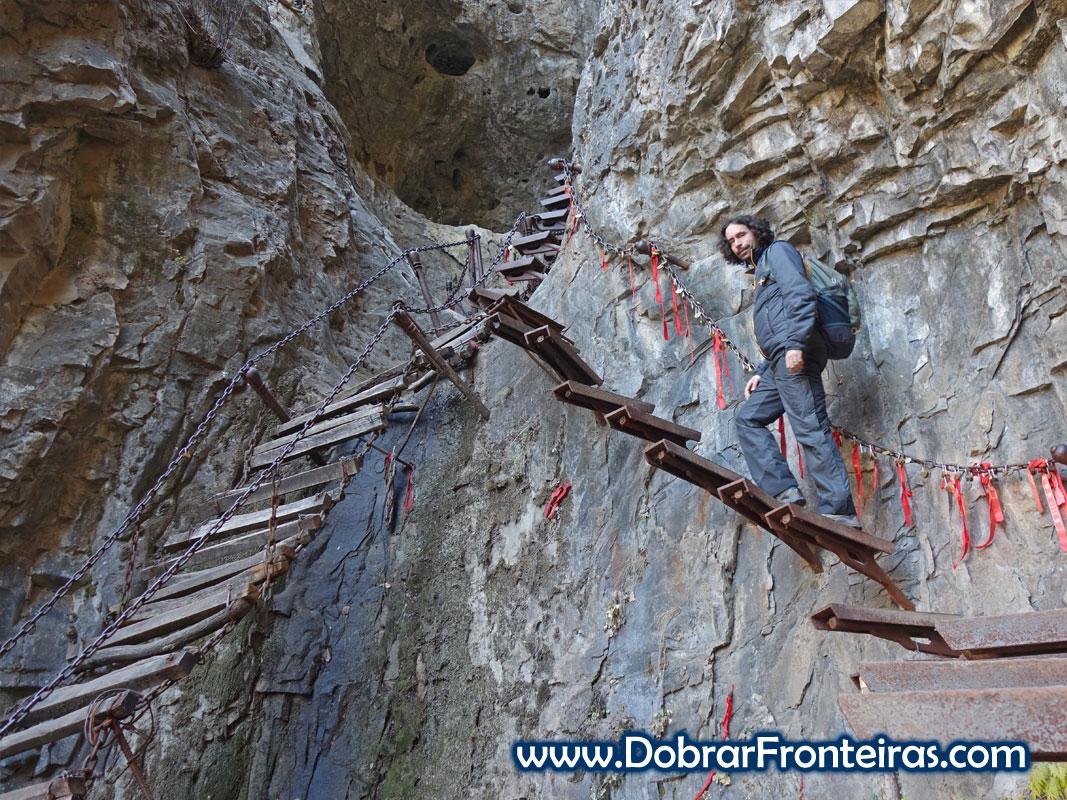 Escadaria de ferro suspensa na rocha no vale de Qixian e Mianshan China