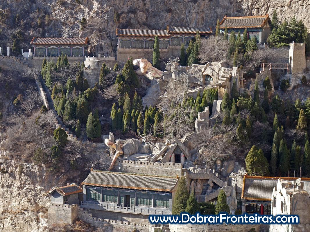 Escultura de cobra gigante na montanha de Mianshan, China