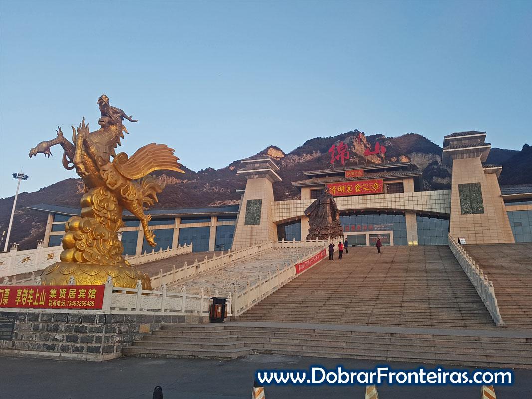 Entrada na montanha de Mianshan com estátua de dragão dourado na China