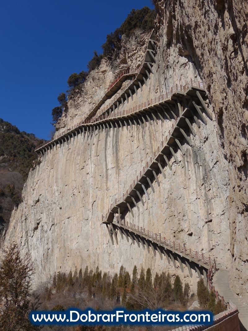 escadaria vertiginosa em zigzag na encosta da falésia em Mianshan China