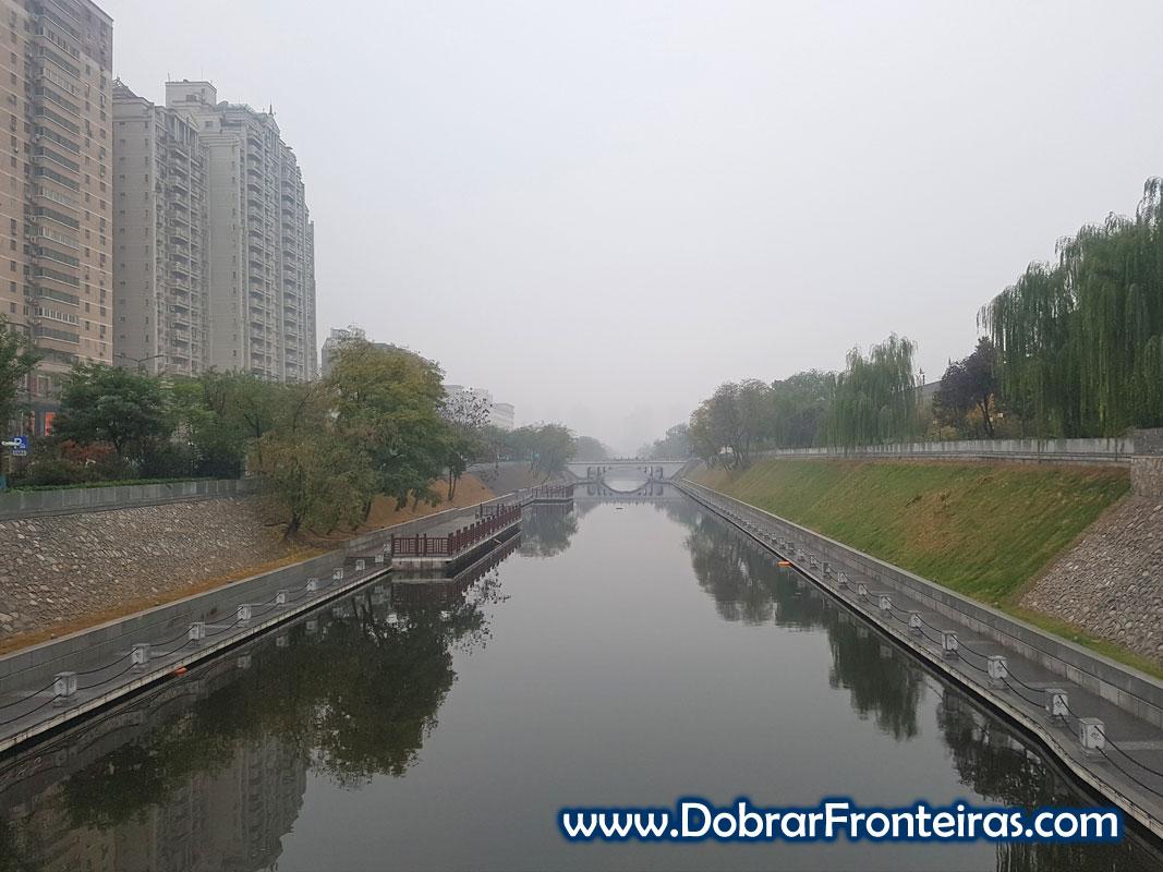Fosso de água junto à muralha que protegia a cidade de Xi'an na China
