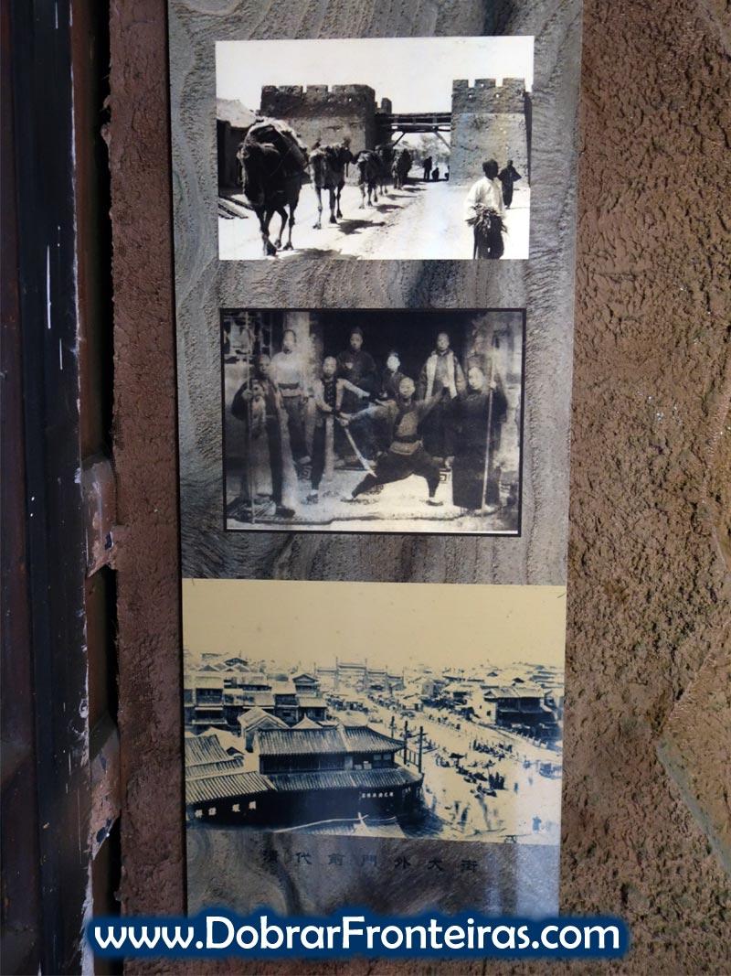 Fotografias antigas de transporte de valores no museu da escolta chinesa em Pingyao
