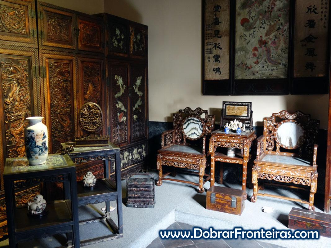 Sala com moveis em madeira trabalhada, cerâmica e pedra no museu do mobiliário dos mercadores de Baichuantong em Pingyao, China