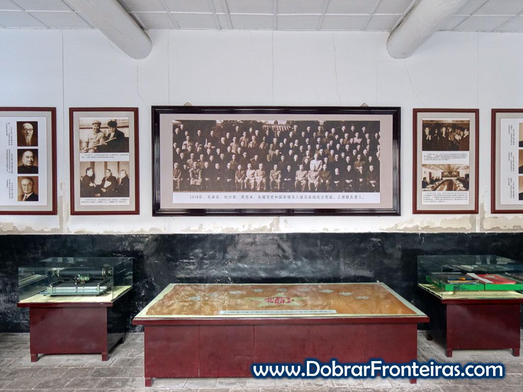 Fotografias e mesa no museu da câmara do comércio chinesa
