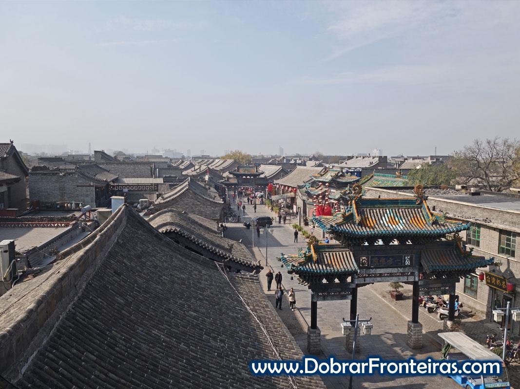 Vista da cidade de Pingyao com os seus telhados, a partir de torre no templo de Confúcio. Construções tradicionais chinesas