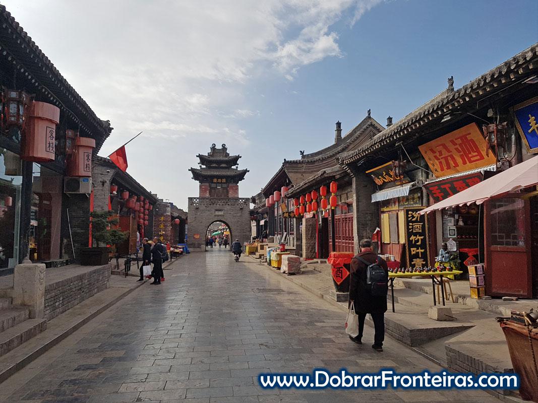 Torre do palácio do governador sobre rua antiga da cidade de Pingyao na China
