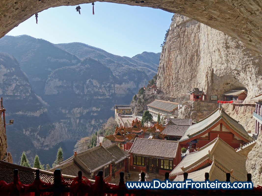 Templos em grutas na montanha de Mianshan perto de Pingyao