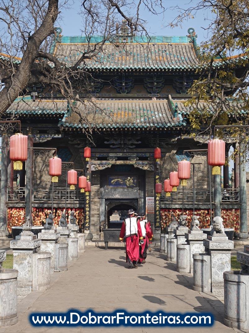 Musicos com roupas tradicionais no interior do templo do Deus da Cidade em Pingyao, China