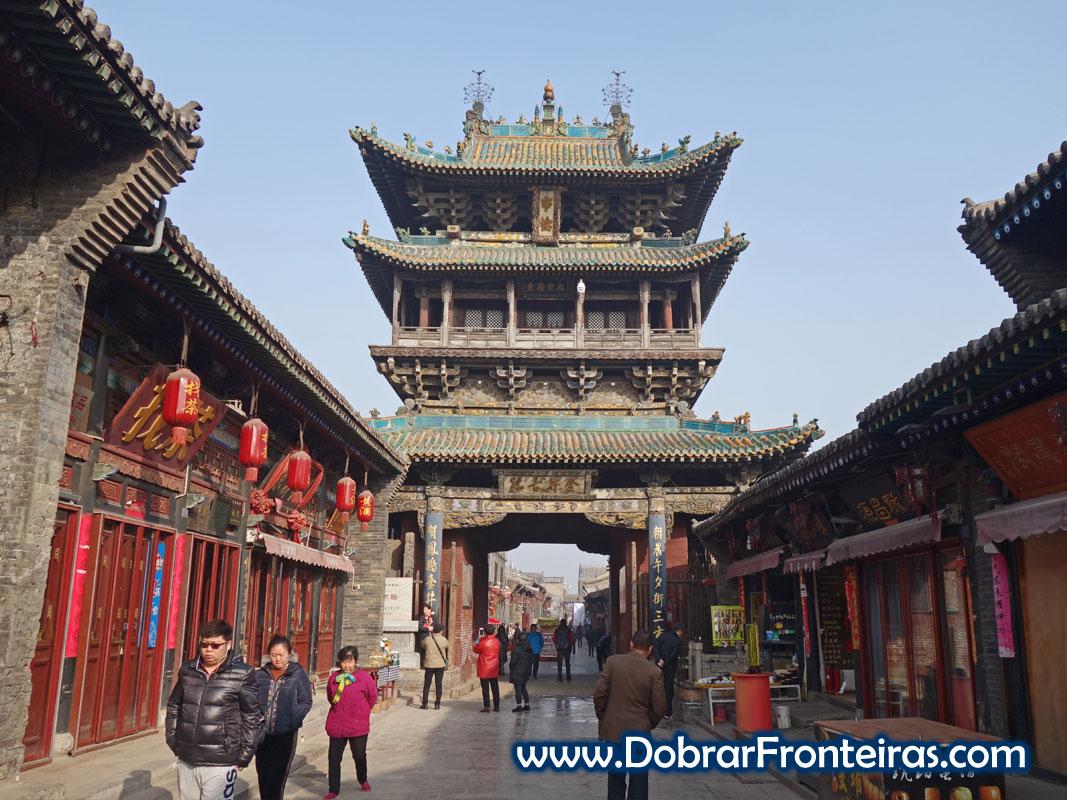 Bonita torre de madeira no dentro da cidade de Pingyao