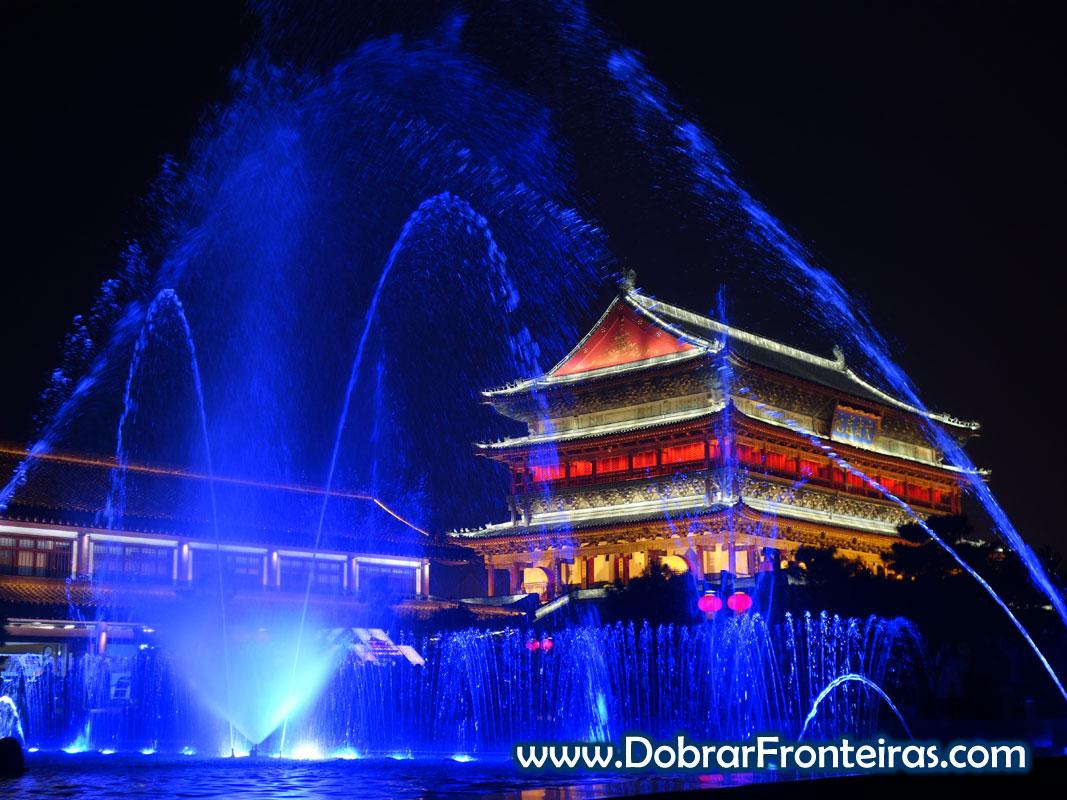 Espectáculo de água luz e som junto à torre do tambor em Xi'an, China
